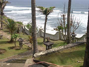 die Blick über die Anlage und das Meer am Hotel Queen of the South, Parangtrits