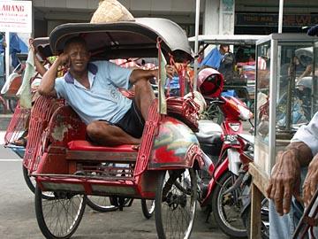 Becak-Fahrer gibt es in Yogyakarta wie Sand am Meer, Zentraljava, Indonesien