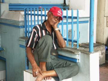 ein alter Mann an der Straße in Yogyakarta, Java