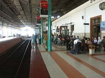 wir warten auf den Zug im Bahnhof von Yogyakarta, Zentraljava