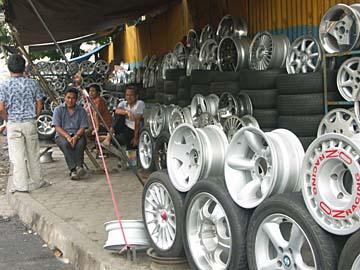 ein Reifenhändler in Bandung, Westjava, Indonesien