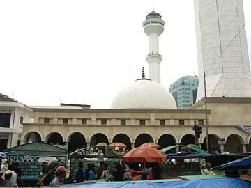 der Markt und die Moschee in Bandung in Westjava, Indonesien