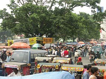 eine typische Einkausstraße in Bandung im Westen von Java, Indonesien