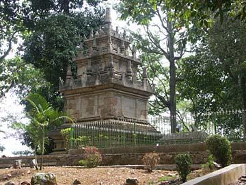 der auf einem kleinen Hügel errichtete Candi Cangkuang aus dem 9. Jahrundert, Bandung, Indonesien