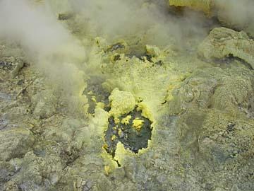 aufsteigende Schwefeldämpfe am aktiven Vulkan Papandayan, Java