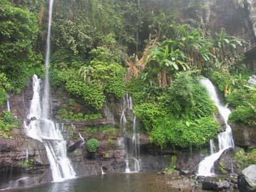 der Orak-Wasserfall bei Bandung inmitten von Teeplantagen, Westjava, Indonesien