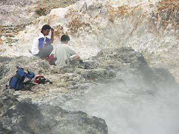unsere Guides bei der Rast am aktiven Mt. Salak, Indonesien