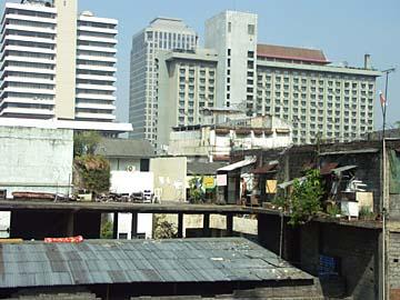 Jakarta, wie es sich aus dem Zug heraus präsentiert, Indonesien