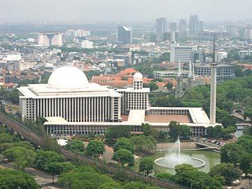 die Istiqlal Mosche vom Aussichtstum Monas aus gesehen, Jakarta, Indonesien