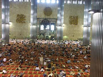 die riesige Kuppel der Istiqlal Mosche fast 20.000 Menschen, Jakarta, Java