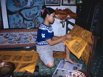 eine Frau, die gerade eine Batik erstellt, Yogyakarta, Java
