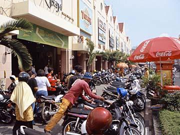 auf der Haupteinkaufsstraße Jl. Maliboro in Yogyakarta ist viel los, Java