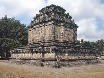 der Mendet Tempel an der Straße zwischen Borobudur und Yogyakarta, Java