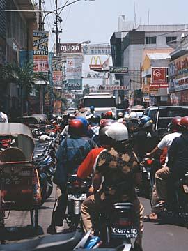 auf der Haupteinkaufsstraße in Surakarta (Solo), Java, Indonesien