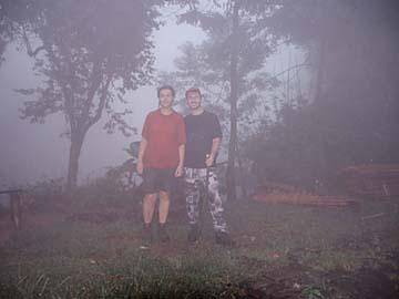 glitsch naß im Nebel am Mt. Salak bei Bogor auf Java, Indonesien