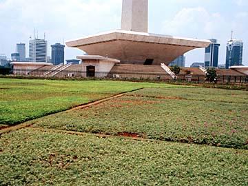 der Sockel des Monas Monuments und Nationaldenkmals im Zentrum der Hauptstadt Jakarta von Indonesien