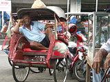 Ein Becak-Fahrer in Yogyakarta im Zentrum von der bevölkerungsreichsten indonesischen Insel