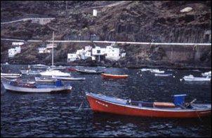 Fischerboote in einem kleinen Hafen auf El Hierro, Kanarische Inseln