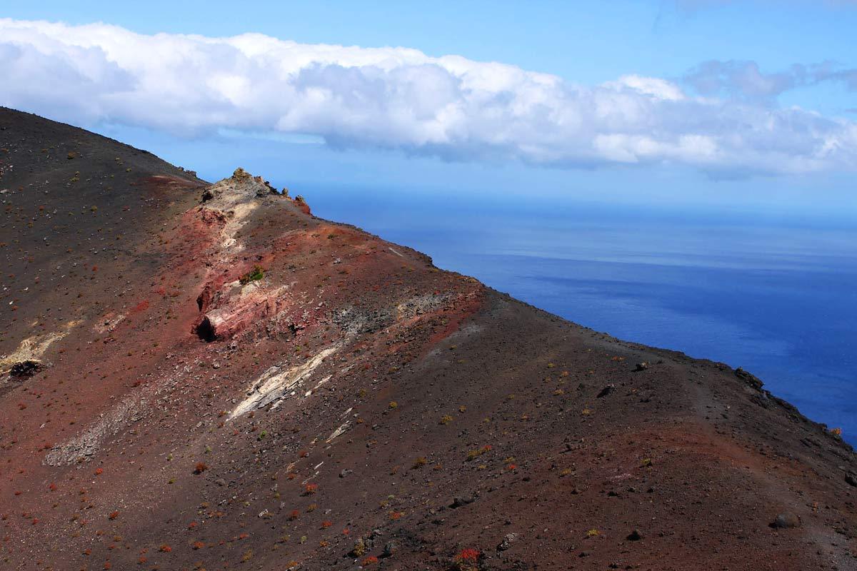 Eine Abbruchkante des Vulkans Teneguía im Süden von La Palma auf den Kanaren