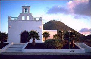 Kirche und Vulkan beim Sonnenuntergang, Lanzarote
