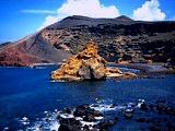 Aussicht auf einen Lava-Krater am Meer von Lanzarote