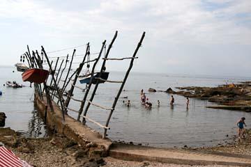 aufgehängte Boote am Strand von Salvore, Istrien, Kroatien