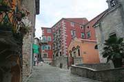 Eine Altstadtgasse im kroatischen Labin in Istrien