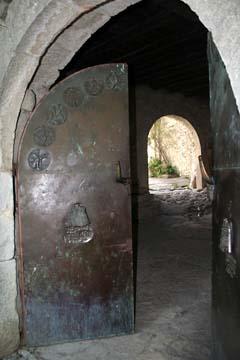 altes Stadttor mit glagolitischer Inschrift in Hum, Istrien/Kroatien