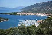 Blick auf Stadt Cres mit Jachthafen und Ferienwohnungen auf der Insel Cres