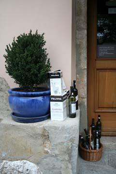 Einladung ins Weingeschäft in Vrbnik, Insel Krk, Kroatien