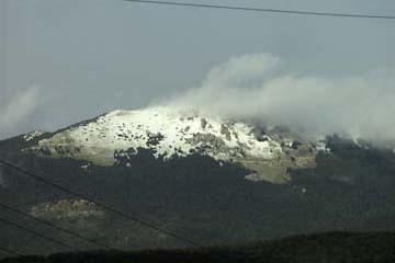 Neuschnee auf dem Berggipfel. Kvarner Berggebiet, Kroatien