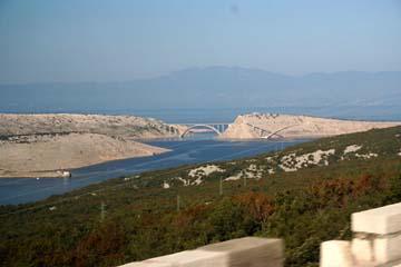 Küstenstraße, Blick auf vorgelagerte Inseln u,. Krker Brücke, Kroatien