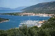 Blick auf Stadt Cres mit Jachthafen in der Kvarner Bucht