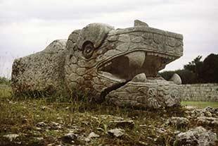 Maya Figur einer Schlange in der Ruinenstätte von Chichen Itza in Mexiko