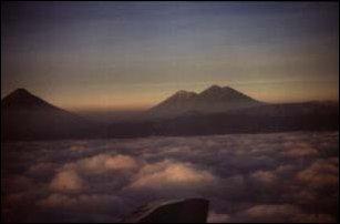 Abflug um die Vulkane von Antigua bei Sonnenuntergang, Guatemala