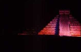 Abends bei der Sound und Light Show in Chichen Itza, Mexiko