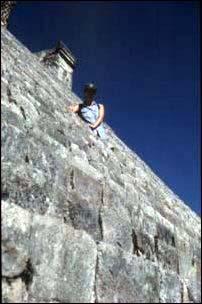 Steile Stufen auf der Maya-Pyramide in Uxmal, Mexiko