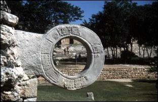 Auf dem Balspielplatz der Maya Ruinien von Uxmal auf der Halbinsel Yucatan