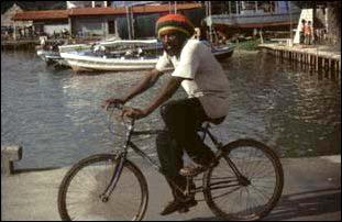 Radfahrer am Hafen von Livingston, Guatemala