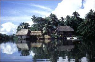 Hütten am Rio Dulce, Guatemala
