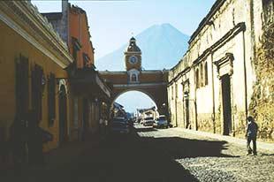 Blick auf die Straßen von Antigua Guatemala mit Vulkan im Hintergrund