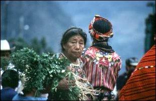 eine alte Frau auf dem Markt von Zunil, Guatemala