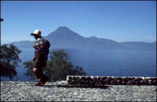 Vulkane am Atitlan-See bei Pana, Guatemala