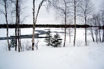 Flusslandschaft im verschneiten Lappland