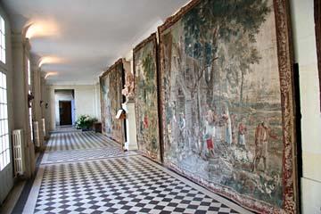 Flur mit Wandteppichen im Schloß Rigny Usse