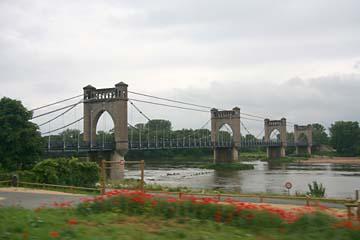 schöne Brücke über die Loire bei Tours