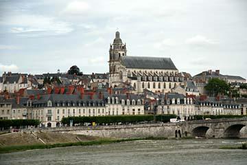 Blick über die Loire nach Blois und zum Schloß Blois