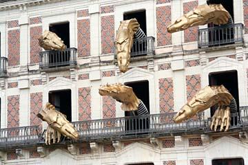 """blecherne Dinosaurier schauen aus dem """"Haus der Magie"""" in Blois"""