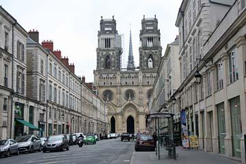 Blick zur Kathedrale Ste-Croix in Orleans