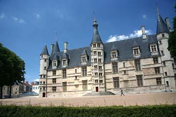 stattliches Gebäude in Nevers